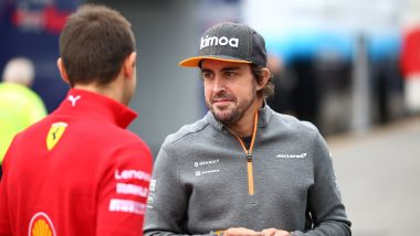 Alonso (McLaren) a colloquio con un membro della Ferrari