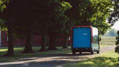 Amazon: il furgone di Rivian ha gli stop che seguono tutto il profilo posteriore