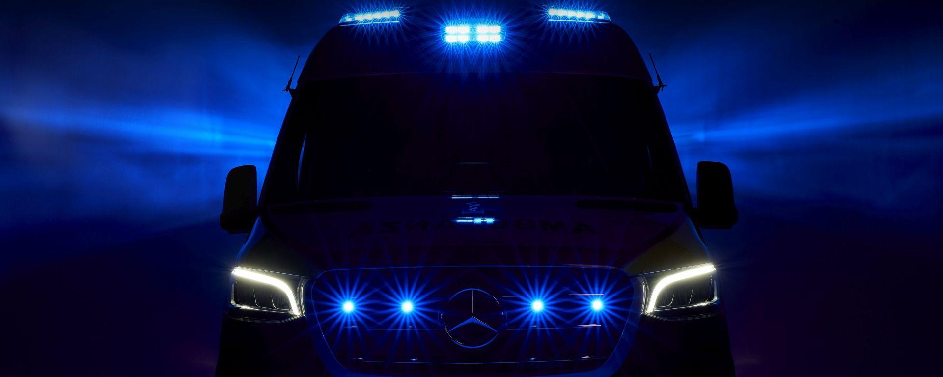 Ambulanza Mercedes Olmedo Sprinter 314 a sirene accese