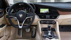 Anche sulla Alfa Romeo Giulia non manca il manettino del DNA, per variare il comportamento della vettura.