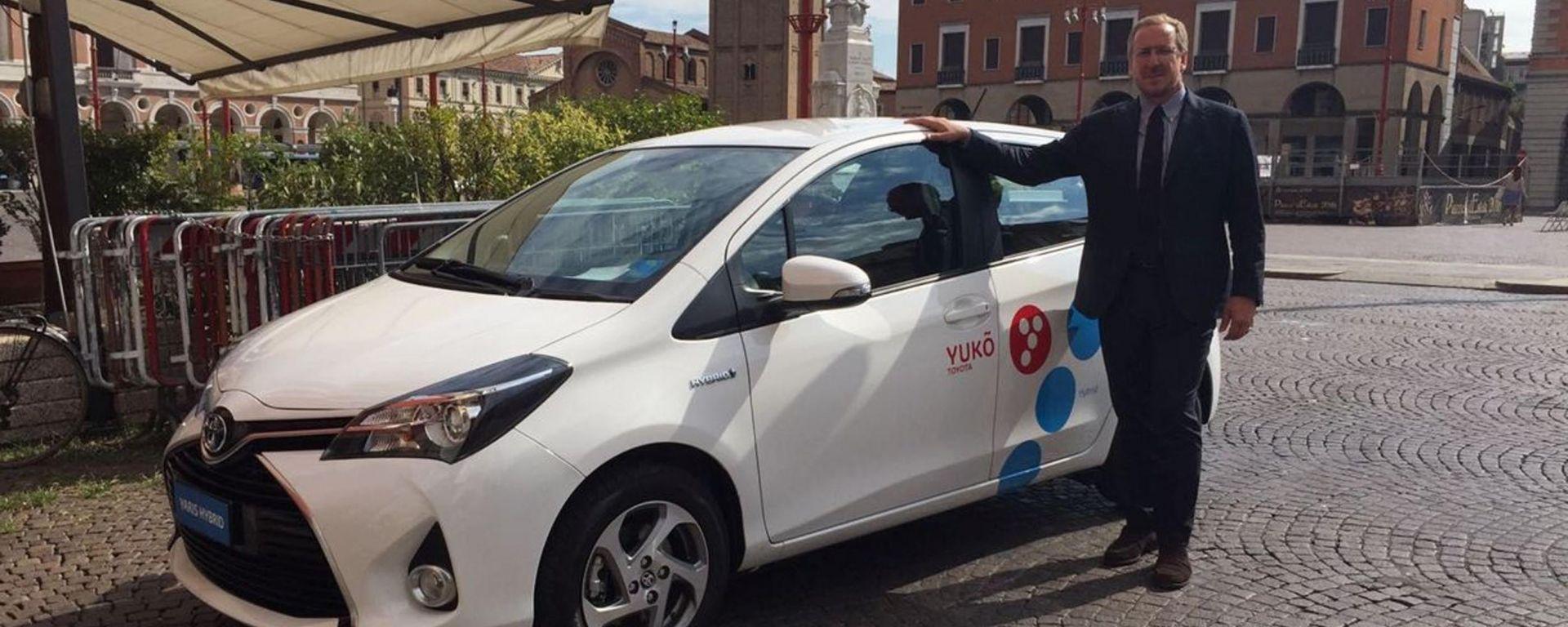 Andrea Carlucci, ad di Toyota Italia, al fianco di una delle 7 Yaris Hybrid del servizio di car sharing Yuko sbarcato a Forlì