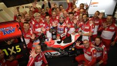 Andrea Dovizioso festeggia con il suo team