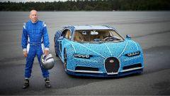 Andy Wallace, collaudatore Bugatti, accanto alla Chiron di Lego