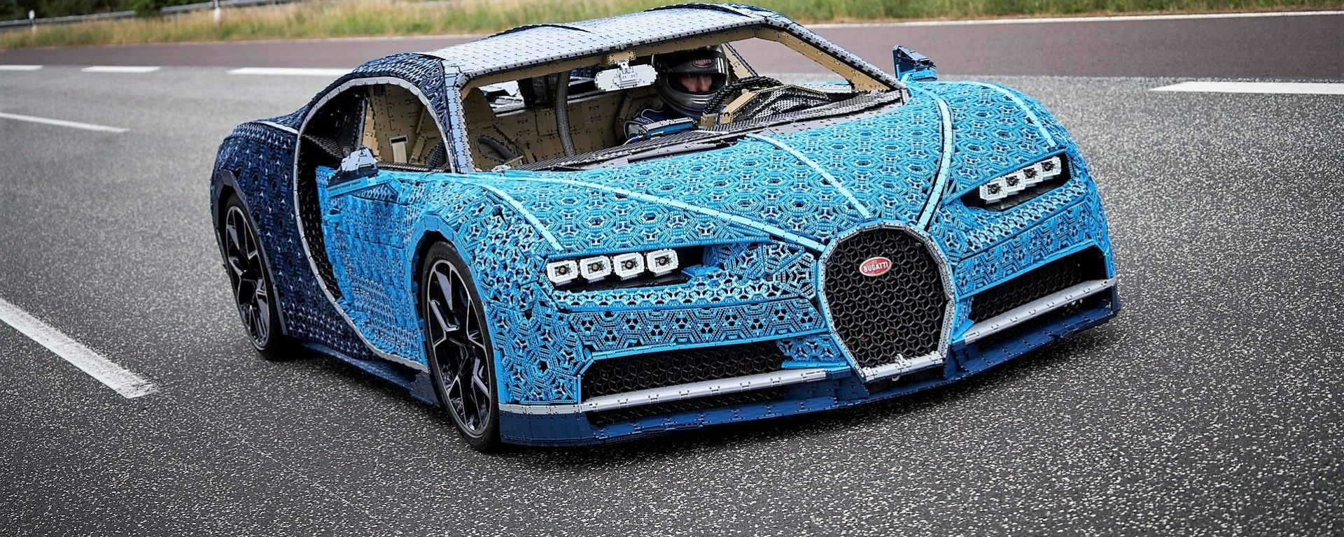 Andy Wallace, collaudatore Bugatti, alla guida della Chiron di Lego