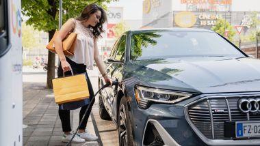 Ansia da ricarica per le auto elettriche: ricarica a una colonnina pubblica