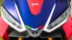 Aprilia RS 660: dettaglio del faro anteriore full LED con luce cornering