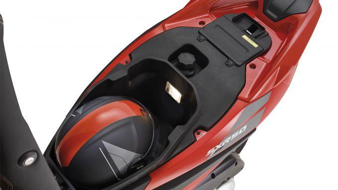 Aprilia SXR 50, nel sottosella ci sta un casco jet