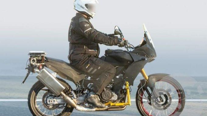 Aprilia Tuareg 660: la vista laterale della moto durante il test