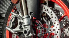 Aprilia Tuono V4 Factory 2021: particolare della forcella Ohlins semiattiva e della pinza Brembo monoblocco