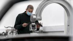 Aston Martin DB5 Goldfinger Continuation: la fabbricazione artigianale dei pannelli in alluminio della carrozzeria