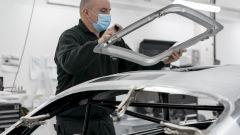 Aston Martin DB5 Goldfinger Continuation: un tecnico installa il tetto rimovibile