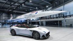 Aston Martin DBS Superleggera Concorde accanto all'aereo anglo-francese