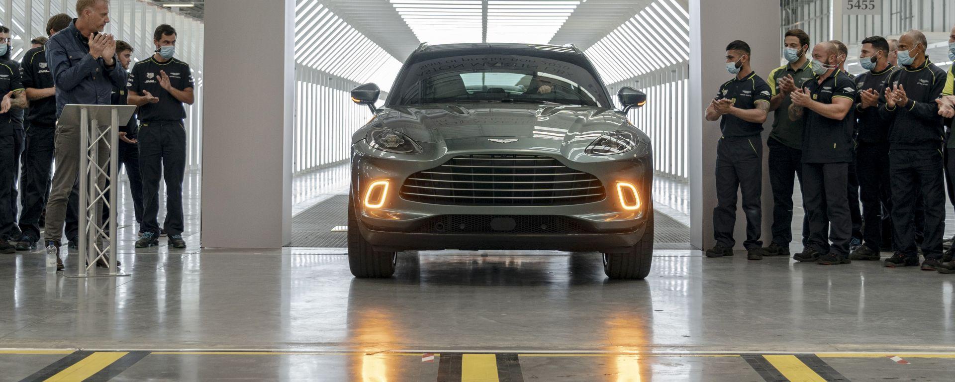 Aston Martin DBX: il primo esemplare del SUV esce dalla linea di produzione