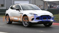 Aston Martin DBX: foto spia della versione ibrida (anche plug-in). Com'è fatto
