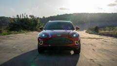 Aston Martin DBX: visuale dinamica anteriore