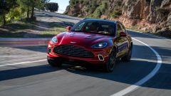 Aston Martin DBX: visuale dinamica di 3/4 anteriore