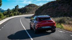 Aston Martin DBX: visuale dinamica di 3/4 posteriore