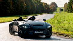 Aston Martin V12 Speedster: senza parabrezza ci vuole il casco