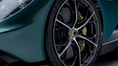 Aston Martin Valhalla, l'ibrido va in paradiso. Ferrari SF90 attenta - Immagine: 11