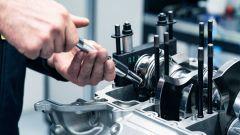 Aston Martin Valhalla 2022: una fase del montaggio di un propulsore