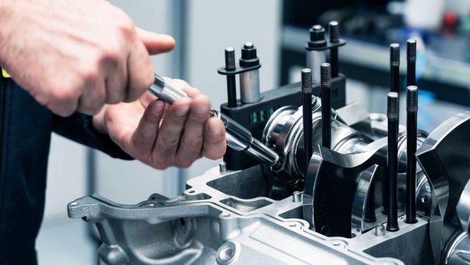 Aston Martin Valhalla: il montaggio del motore V6 biturbo ibrido