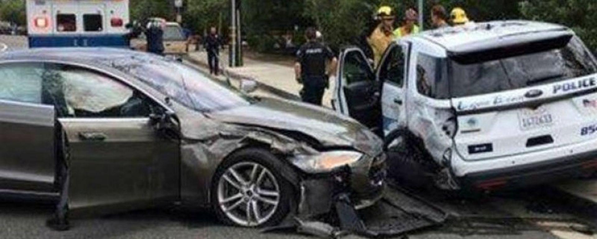 Attiva l'Autopilot sulla sua Tesla Model S: si schianta contro la polizia