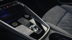 Audi A3 Sportback 2020: il dettaglio del tunnel centrale con il joystick del cambio automatico
