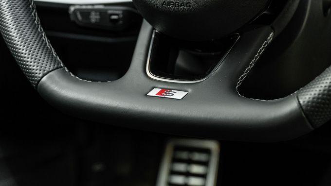 Audi A3 Sportback 30 g-tron: il logo S line sul volante