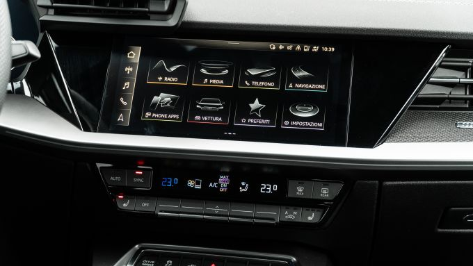 Audi A3 Sportback 40 TFSIe S Line Edition: il display dell'infotainment e i comandi del climatizzatore