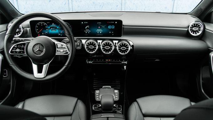 Audi A3 vs Mercedes Classe A plug-in hybrid: l'abitacolo di Mercede molto ben rifinito