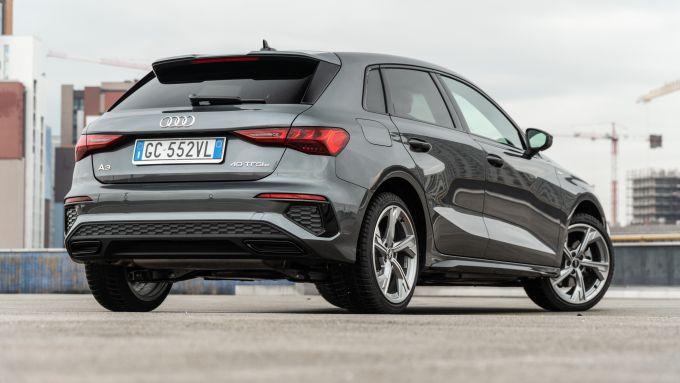 Audi A3 vs Mercedes Classe A plug-in hybrid: una vista di 3/4 del posteriore Audi ne mostra lo stile moderno