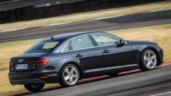 Audi A4 2.0 TDI in pista: vista laterale-posteriore