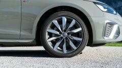 Audi A4 Avant 2019, la ruota anteriore