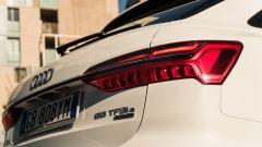 Audi A6 Avant 55 tfsi e quattro: con il pacchetto S Line il listello tra i fari è nero e non cromato