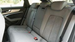 Audi A6 Avant 55 tfsi e quattro: il divanetto posteriore è comodo per tre passeggeri