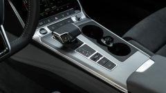 Audi A6 Avant 55 tfsi e quattro: il tunnel centrale con la leva del cambio automatico e il porta lattine