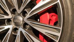 Audi A6 Avant 55 tfsi e quattro: un dettaglio della grande pinza freno anteriore