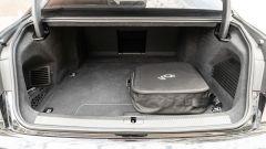 Audi A8 60 TFSI e plug-in: il bagagliaio con la (brutta) sacca per i cavi di ricarica