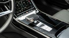 Audi A8 60 TFSI e plug-in: la comoda leva del cambio automatico a 8 rapporti