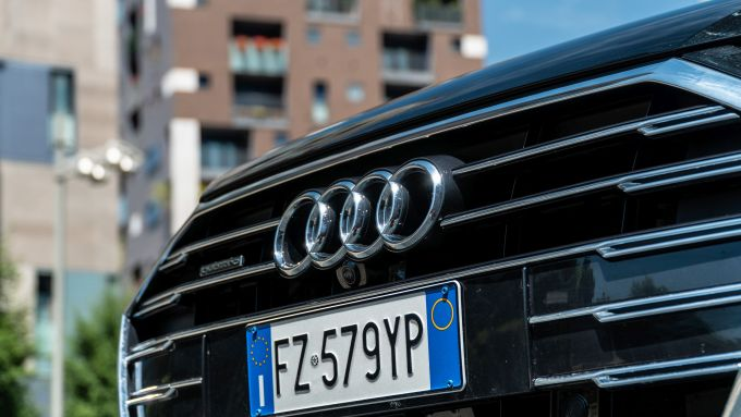 Audi A8 60 TFSI e plug-in: la grande calandra cromata con il logo Audi al centro