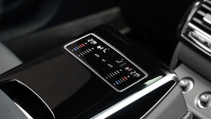 Audi A8 60 TFSI e plug-in: la plancia di comando dei sedili posteriori