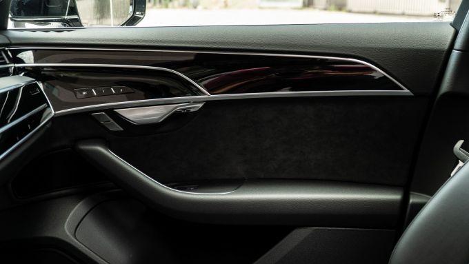 Audi A8 60 TFSI e plug-in: rivestimenti pregiati anche per le portiere