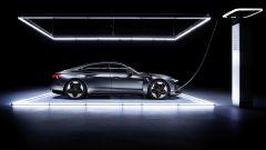 Audi e-tron GT quattro: visuale laterale con l'auto in carica