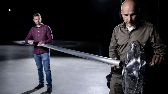 Audi e-tron GT: Rudolf Halbmeir e Stephan Gsell alle prese con il tubo di plastica