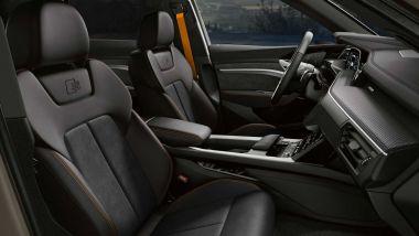 Audi e-tron S Line Black Edition: interni raffinati con dettagli in arancione