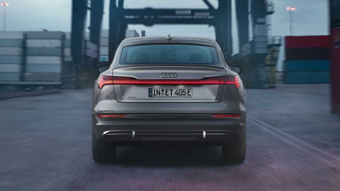 Audi e-tron S Line Black Edition: la vista da dietro del grande SUV a batterie