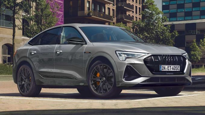Audi e-tron S Line Black Edition: look più sportivo per il SUV elettrico