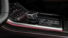 Audi MY 2022: Q8, il cambio con finiture in carbonio