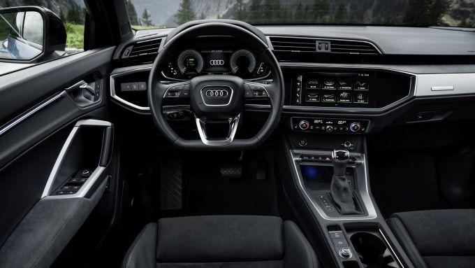 Audi Q3 TFSI e: gli interni