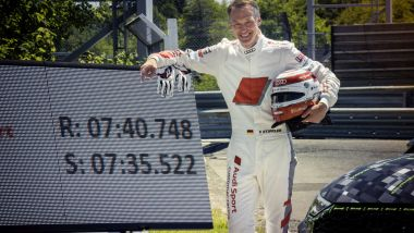 Audi RS3: Frank Stippler accanto al tabellone ufficiale del record